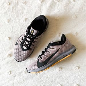 like new nike quest 2 running shoes